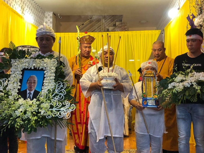 Diễn viên Hiếu Hiền khóc nghẹn bên linh cữu nghệ sĩ Đức Lang trong thời khắc cuối cùng ở cạnh bố Ảnh 3