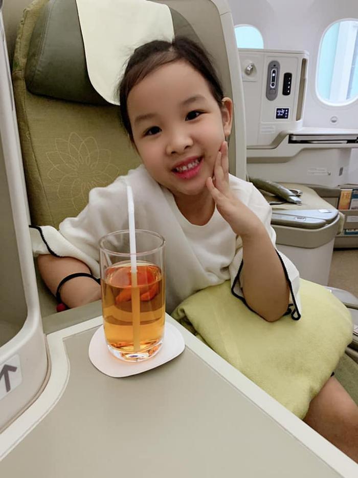 Con gái hoa hậu Thùy Lâm chiếm hết spotlight khi lọt vào livestream của mẹ Ảnh 4