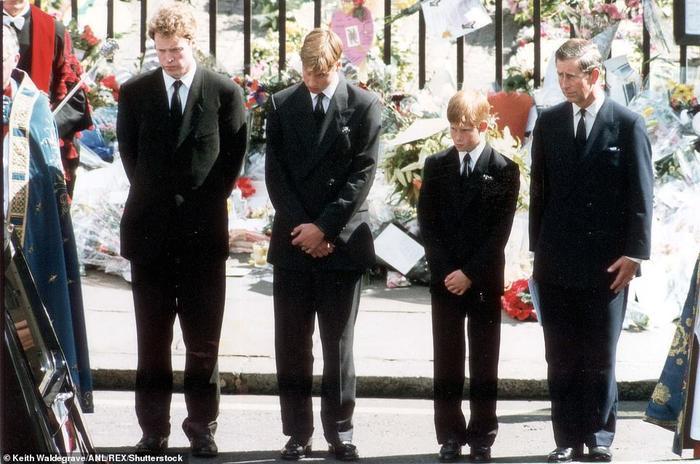 Hoàng tử William và Harry đứng tách rời nhau trong tang lễ Hoàng thân Philip Ảnh 2
