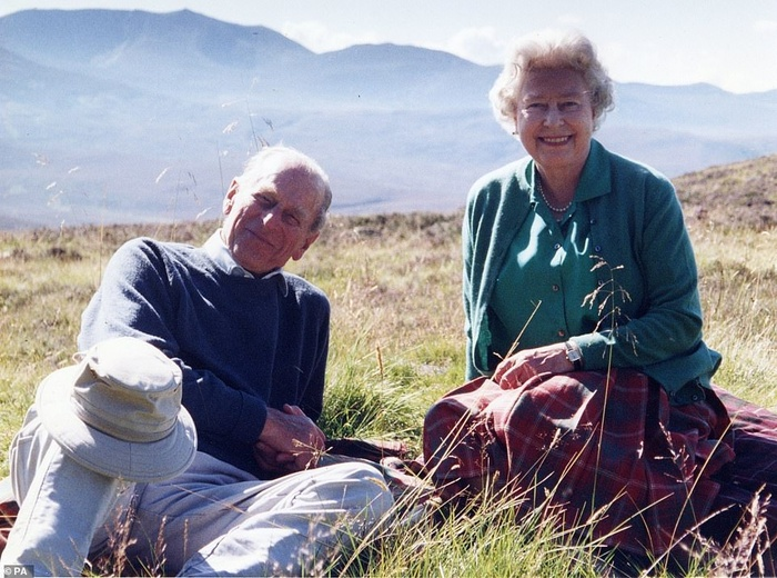 Nữ hoàng chia sẻ bức ảnh hạnh phúc với Hoàng thân Philip chỉ vài tiếng trước lễ tang phu quân. Ảnh 1