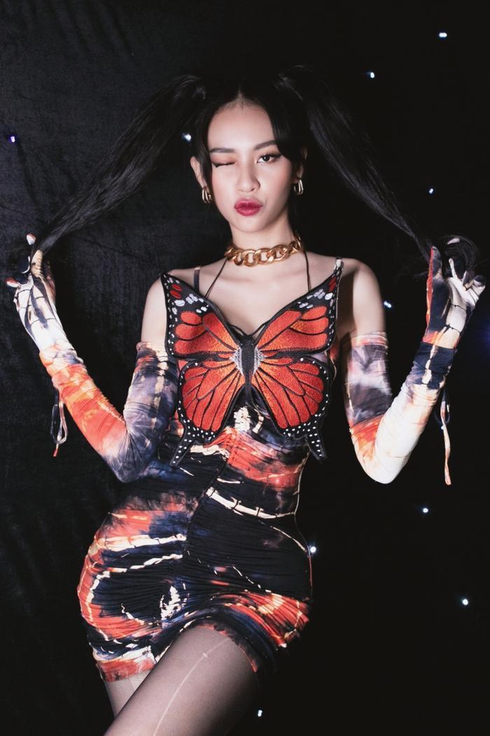Mới tung poster comeback, Phí Phương Anh đã bị tố đạo nhái poster 'chị đẹp' Penthouse? Ảnh 1