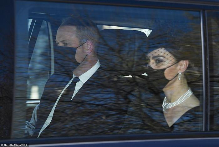 Công nương Kate đeo vòng của mẹ chồng quá cố tới lễ tang Hoàng thân Philip Ảnh 1