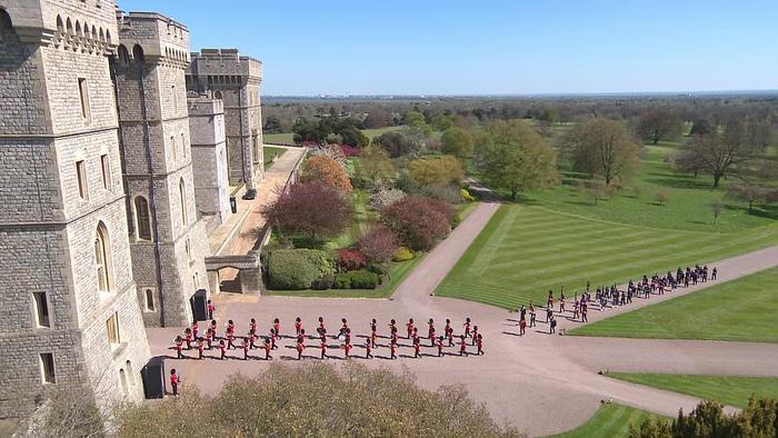 Xúc động giây phút Nữ hoàng lau nước mắt khi đưa tiễn phu quân - Hoàng thân Philip Ảnh 8
