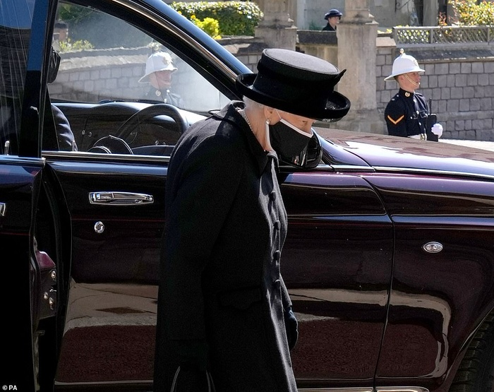 Xúc động giây phút Nữ hoàng lau nước mắt khi đưa tiễn phu quân - Hoàng thân Philip Ảnh 4