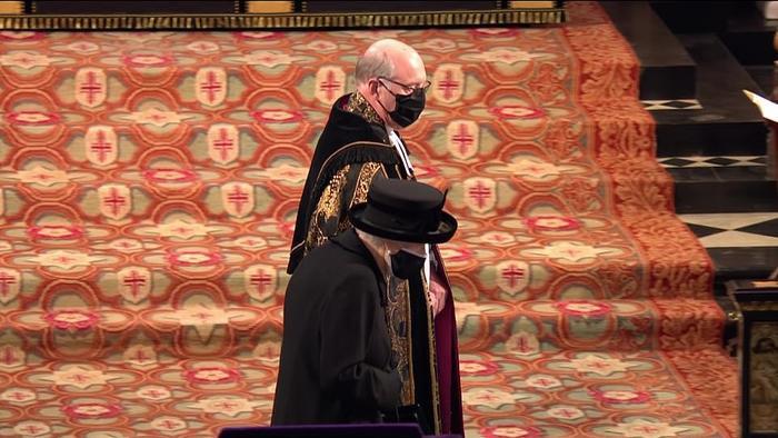Xúc động giây phút Nữ hoàng lau nước mắt khi đưa tiễn phu quân - Hoàng thân Philip Ảnh 5