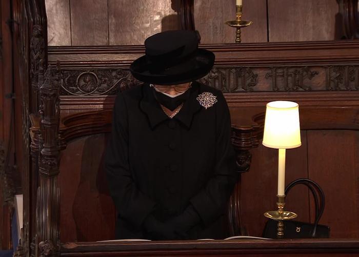 Xúc động giây phút Nữ hoàng lau nước mắt khi đưa tiễn phu quân - Hoàng thân Philip Ảnh 2