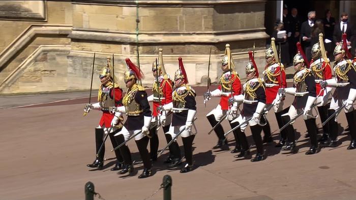 Xúc động giây phút Nữ hoàng lau nước mắt khi đưa tiễn phu quân - Hoàng thân Philip Ảnh 11