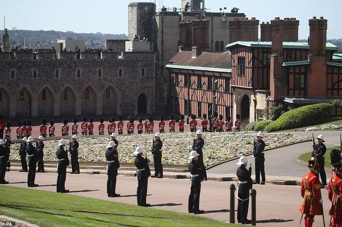 Xúc động giây phút Nữ hoàng lau nước mắt khi đưa tiễn phu quân - Hoàng thân Philip Ảnh 9