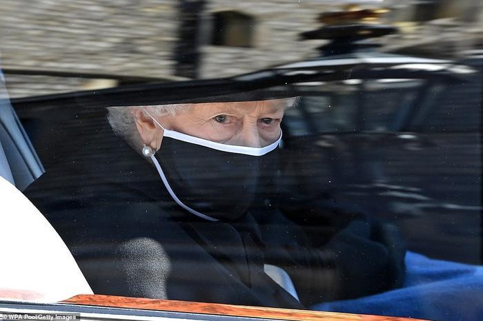 Xúc động giây phút Nữ hoàng lau nước mắt khi đưa tiễn phu quân - Hoàng thân Philip Ảnh 1