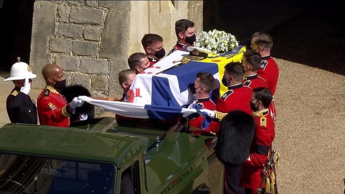 Xúc động giây phút Nữ hoàng lau nước mắt khi đưa tiễn phu quân - Hoàng thân Philip Ảnh 12