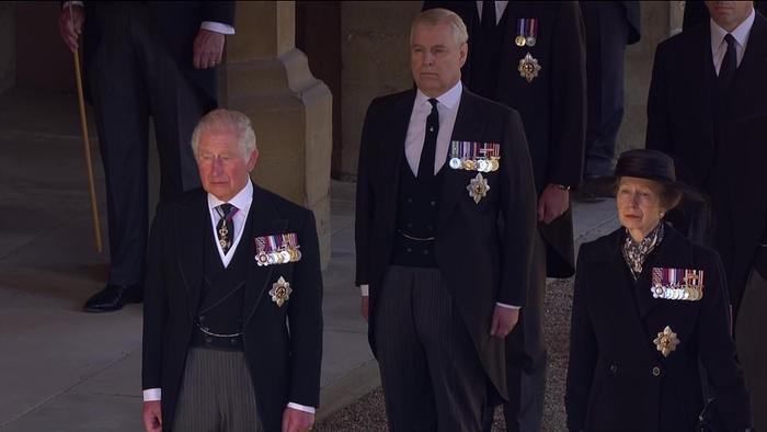 Xúc động giây phút Nữ hoàng lau nước mắt khi đưa tiễn phu quân - Hoàng thân Philip Ảnh 14