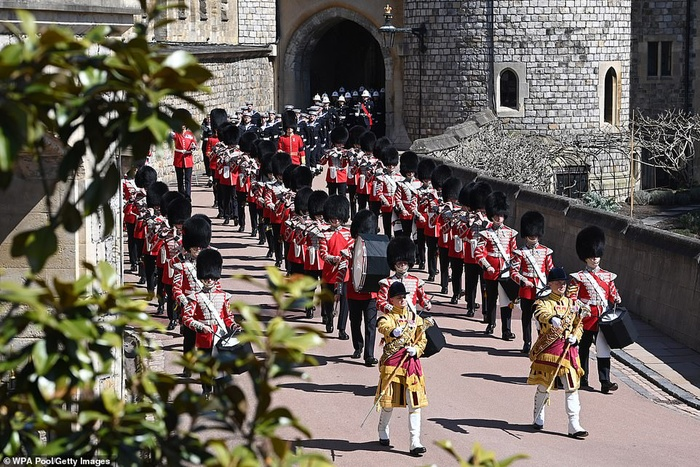 Xúc động giây phút Nữ hoàng lau nước mắt khi đưa tiễn phu quân - Hoàng thân Philip Ảnh 6