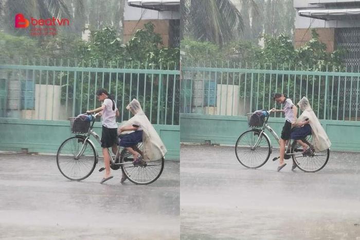 Nhường áo mưa cho em trai, cô bé tiểu học loay hoay với chiếc xe đạp giữa trời tầm tã mưa gây xúc động Ảnh 1