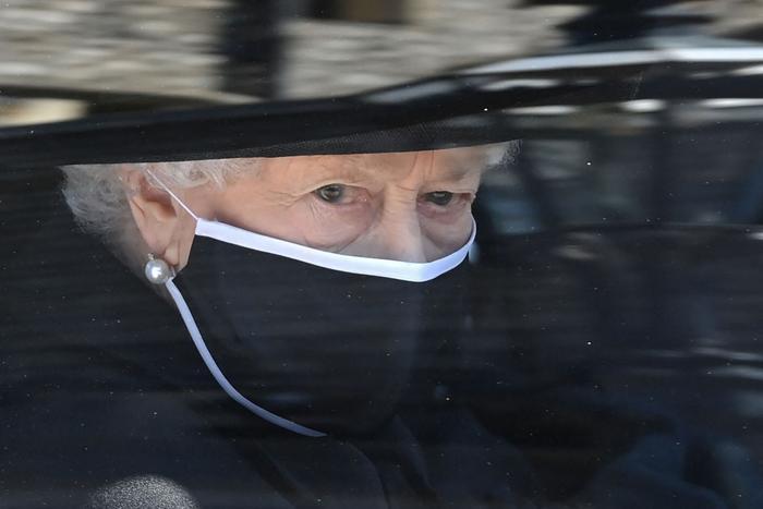 Nữ hoàng ngồi một mình, Thái tử Charles rơi lệ trong giây phút tiễn biệt Hoàng thân Philip Ảnh 8