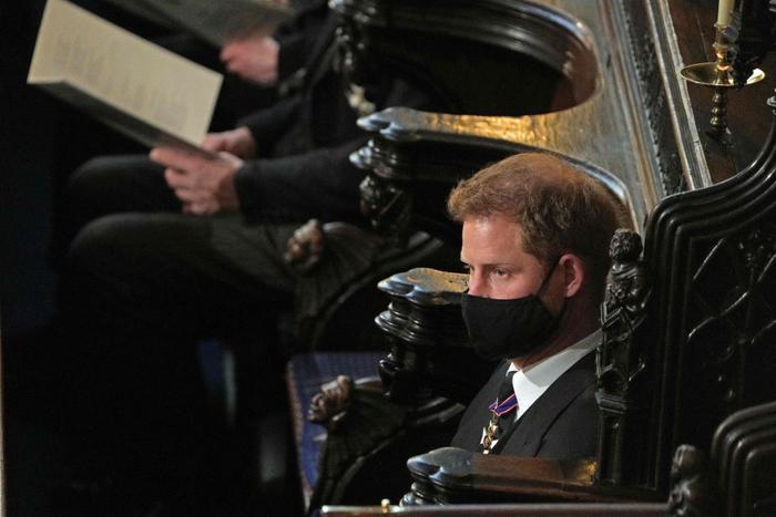 Nữ hoàng ngồi một mình, Thái tử Charles rơi lệ trong giây phút tiễn biệt Hoàng thân Philip Ảnh 12