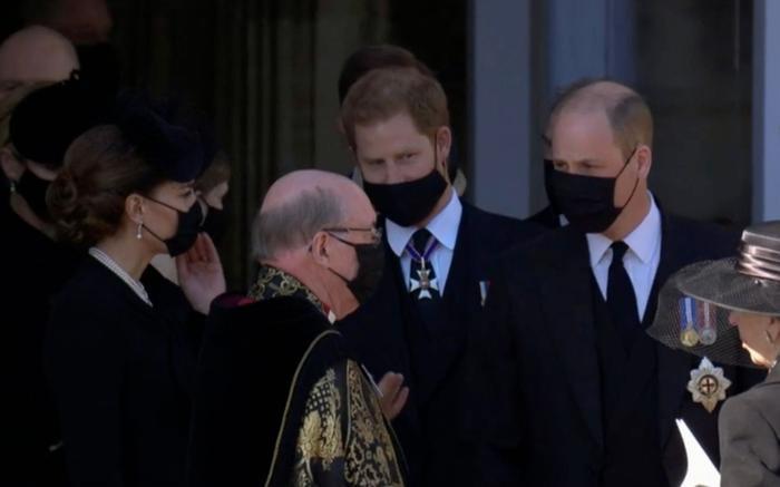 Nữ hoàng ngồi một mình, Thái tử Charles rơi lệ trong giây phút tiễn biệt Hoàng thân Philip Ảnh 4