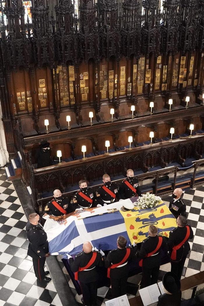 Nữ hoàng ngồi một mình, Thái tử Charles rơi lệ trong giây phút tiễn biệt Hoàng thân Philip Ảnh 11