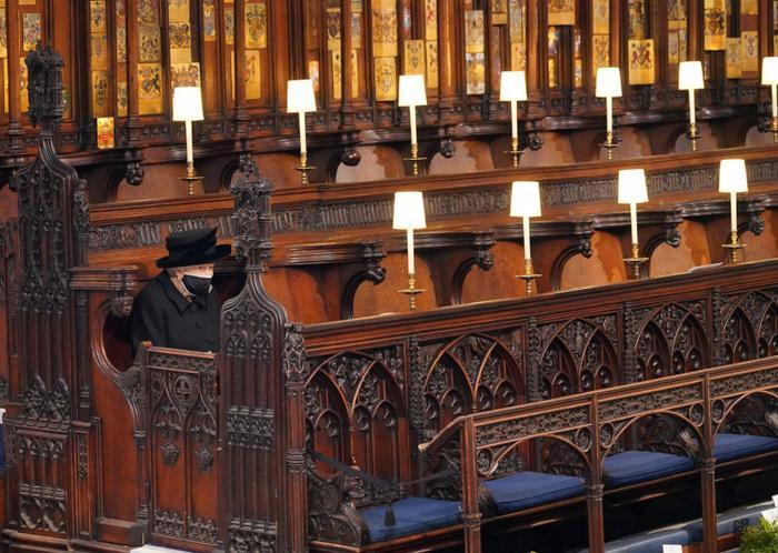 Nữ hoàng ngồi một mình, Thái tử Charles rơi lệ trong giây phút tiễn biệt Hoàng thân Philip Ảnh 1