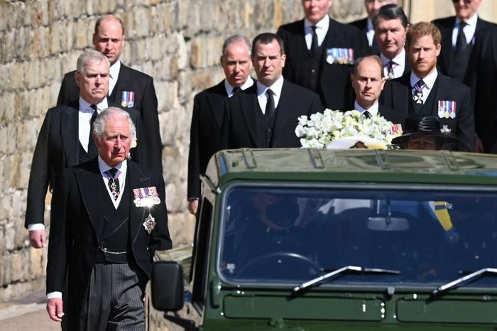 Nữ hoàng ngồi một mình, Thái tử Charles rơi lệ trong giây phút tiễn biệt Hoàng thân Philip Ảnh 13
