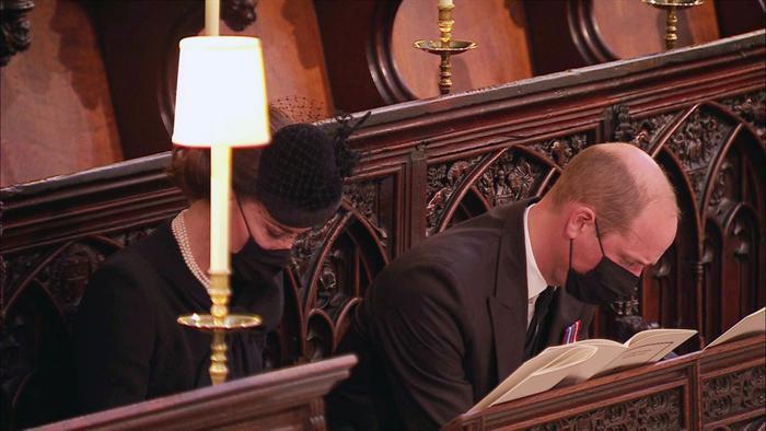 Nữ hoàng ngồi một mình, Thái tử Charles rơi lệ trong giây phút tiễn biệt Hoàng thân Philip Ảnh 7