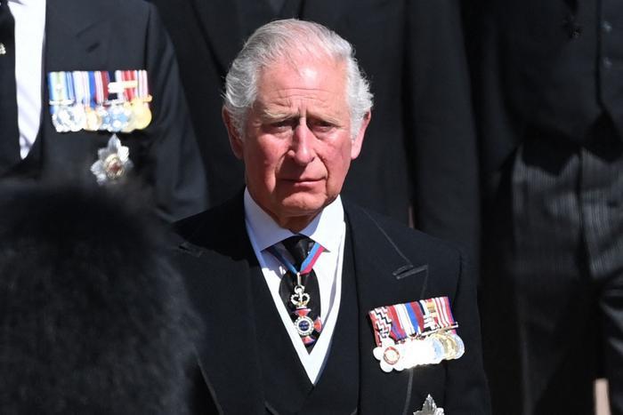 Nữ hoàng ngồi một mình, Thái tử Charles rơi lệ trong giây phút tiễn biệt Hoàng thân Philip Ảnh 2