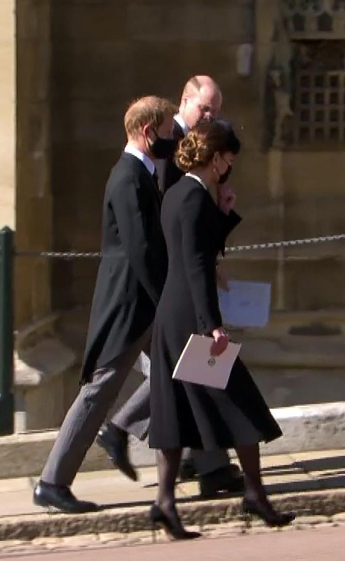 Nữ hoàng ngồi một mình, Thái tử Charles rơi lệ trong giây phút tiễn biệt Hoàng thân Philip Ảnh 9