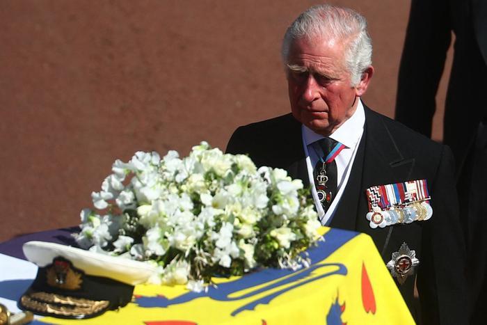 Nữ hoàng ngồi một mình, Thái tử Charles rơi lệ trong giây phút tiễn biệt Hoàng thân Philip Ảnh 5
