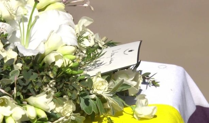 Chữ ký trong bức thư tay thể hiện tình yêu vĩnh cửu của Nữ hoàng với Hoàng thân Philip Ảnh 2