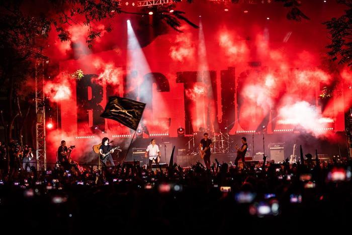 Bức Tường đưa Trần Lập 'trở về' trong sân khấu dưới mưa trước hàng ngàn khán giả Ảnh 4