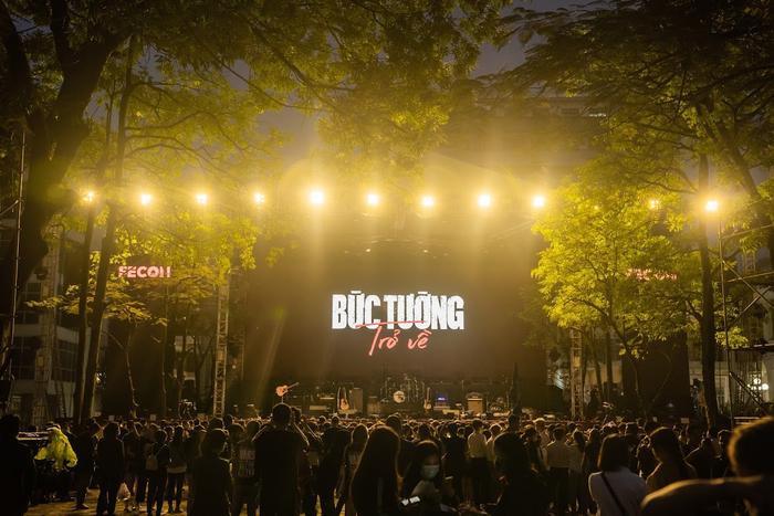Bức Tường đưa Trần Lập 'trở về' trong sân khấu dưới mưa trước hàng ngàn khán giả Ảnh 2