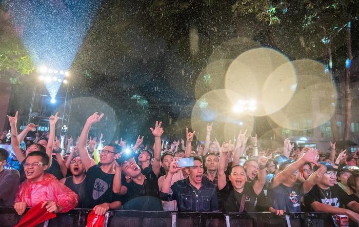 Bức Tường đưa Trần Lập 'trở về' trong sân khấu dưới mưa trước hàng ngàn khán giả Ảnh 17