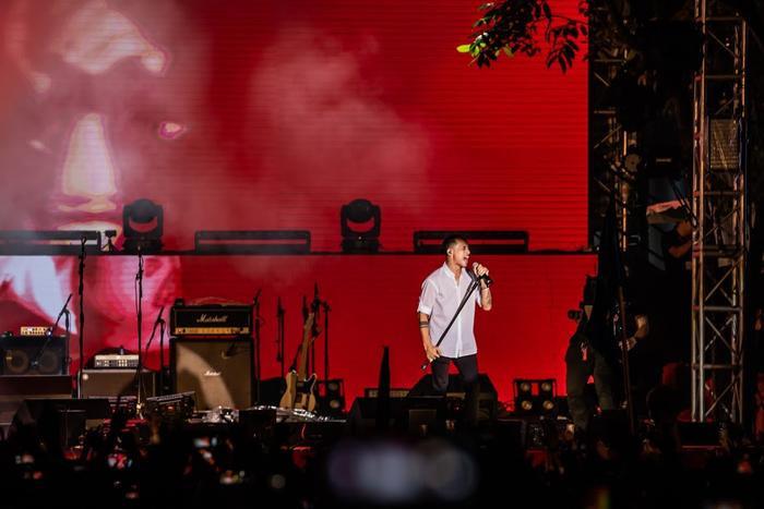 Bức Tường đưa Trần Lập 'trở về' trong sân khấu dưới mưa trước hàng ngàn khán giả Ảnh 6