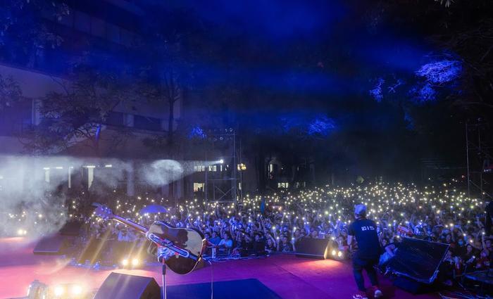 Bức Tường đưa Trần Lập 'trở về' trong sân khấu dưới mưa trước hàng ngàn khán giả Ảnh 20