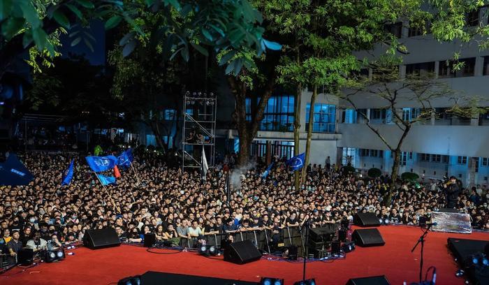 Bức Tường đưa Trần Lập 'trở về' trong sân khấu dưới mưa trước hàng ngàn khán giả Ảnh 3