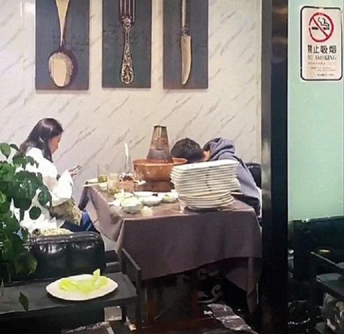 Chàng trai ăn liền tù tì 30 đĩa thịt trong buổi hẹn hò đầu tiên, hành động sau đó còn ngán ngẩm hơn Ảnh 1