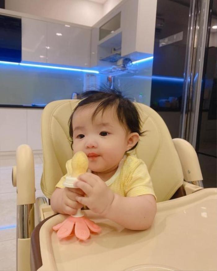 Đông Nhi - Ông Cao Thắng để lộ khoảnh khắc Winnie như muốn 'ăn cả thế giới' siêu đáng yêu Ảnh 2