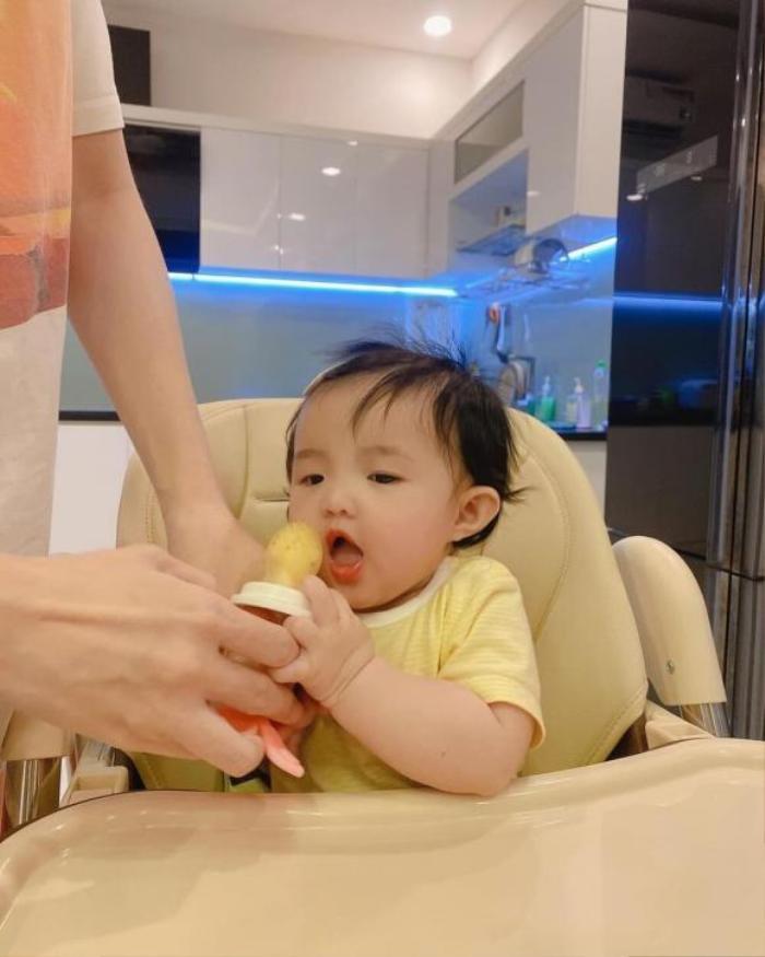 Đông Nhi - Ông Cao Thắng để lộ khoảnh khắc Winnie như muốn 'ăn cả thế giới' siêu đáng yêu Ảnh 4