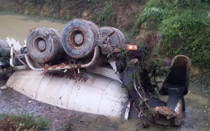 Thái Nguyên: Xe bồn lật ngửa chìm dưới ao nước, tài xế mắc kẹt tử vong trong cabin Ảnh 1