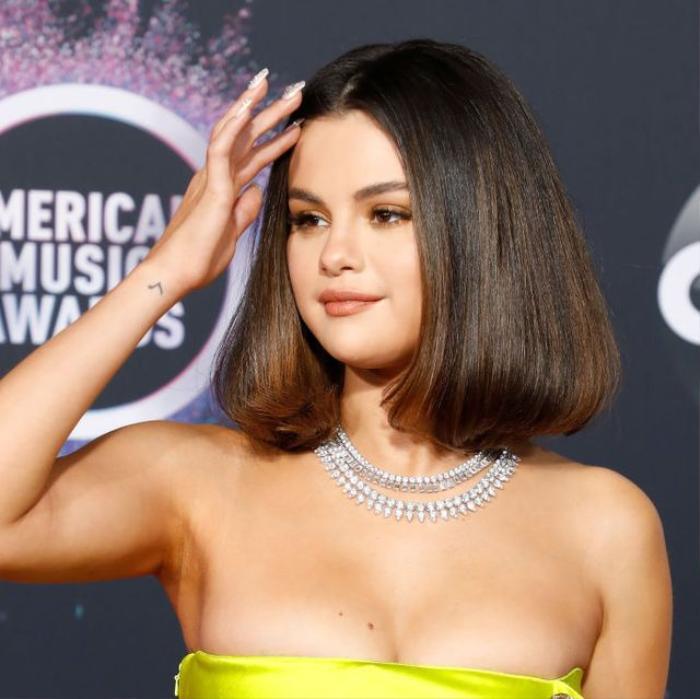 Tạm biệt tóc đen, Selena Gomez 'gây bão' mạng với tóc bạch kim nổi loạn Ảnh 2