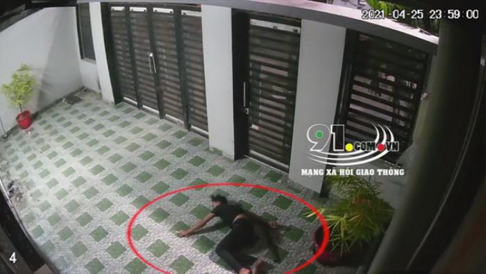 Kinh hãi khoảnh khắc người đàn ông rơi từ tầng thượng xuống sân nhà hàng xóm, nằm bất động Ảnh 1