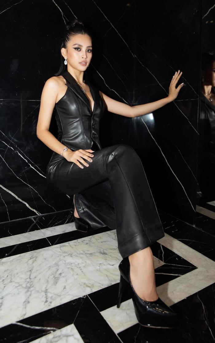 Hoa hậu Tiểu Vy đẹp vượt mặt chân dài triệu đô Bella Hadid khi diện cây đồ đen bao ngầu Ảnh 1
