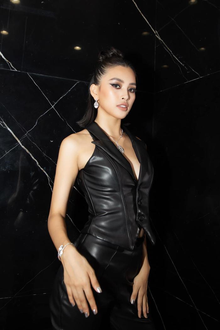 Hoa hậu Tiểu Vy đẹp vượt mặt chân dài triệu đô Bella Hadid khi diện cây đồ đen bao ngầu Ảnh 2