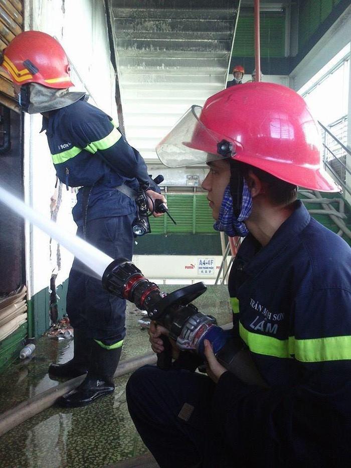 Chuyện nghề chàng lính cứu hỏa một mình xông vào biển lửa cứu gia đình 7 người bị mắc kẹt Ảnh 6