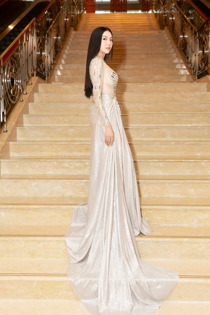 Á hậu Thúy Vân bùng nổ 'nhan sắc' khi diện váy xuyên thấu đẹp hoàn hảo Ảnh 4