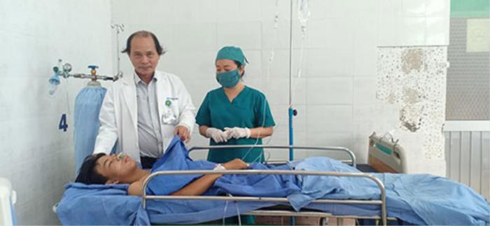 Xúc động chuyện thầy cô và bạn bè cứu nam sinh gặp nạn: 'Bác sĩ cứ mổ đi, tôi đảm bảo máu không thiếu' Ảnh 1