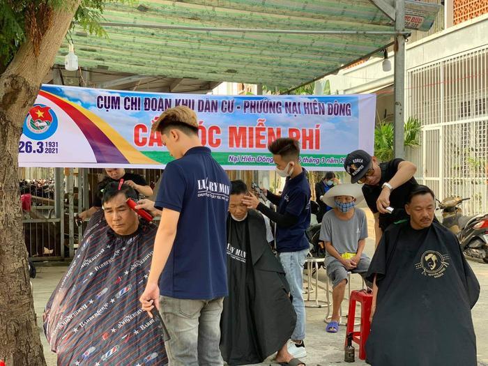 Anh thợ cắt tóc 'nhận lương' bằng nụ cười: 'Ai cũng có thể tô điểm cho cuộc đời bằng những điều thật đẹp' Ảnh 8
