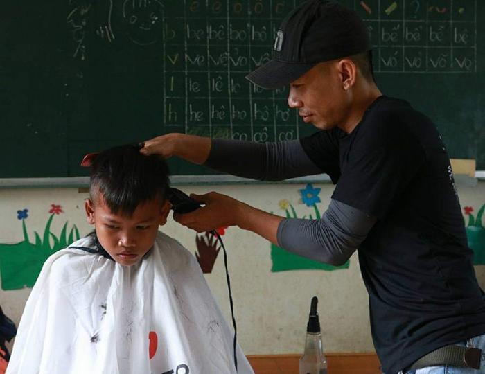 Anh thợ cắt tóc 'nhận lương' bằng nụ cười: 'Ai cũng có thể tô điểm cho cuộc đời bằng những điều thật đẹp' Ảnh 7