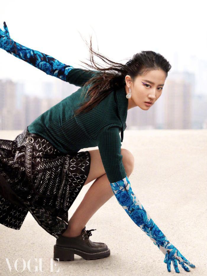 Không còn quê mùa, Lưu Diệc Phi mang đậm thần thái high fashion trên bìa tạp chí Vogue China Ảnh 3