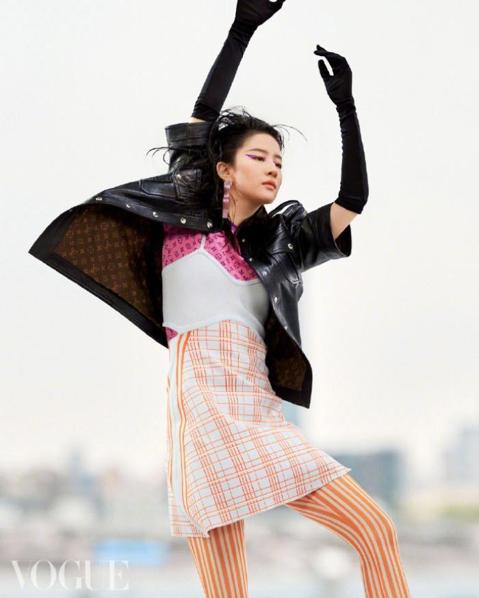 Không còn quê mùa, Lưu Diệc Phi mang đậm thần thái high fashion trên bìa tạp chí Vogue China Ảnh 5