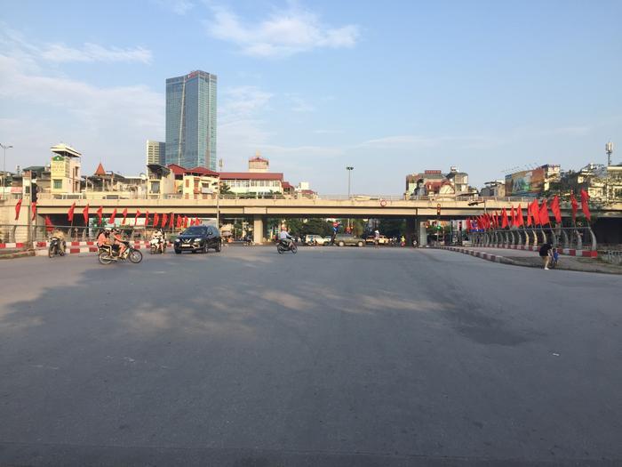 Việt Nam trong tim ta: Rực rỡ cờ đỏ sao vàng trên từng mái nhà góc phố Ảnh 8